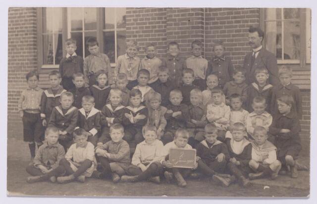 043572 - Onderwijs. tweede klas van de r.k. lagere jongensschool van de parochie Besterd.