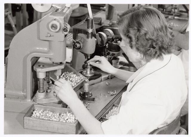 038769 - Volt Oosterhout. Montage van (aluminium) concentrische luchttrimmers, waarschijnlijk rond 1960. Fabricage- of productie vond in Oosterhout plaats van april 1951 t/m 1967.