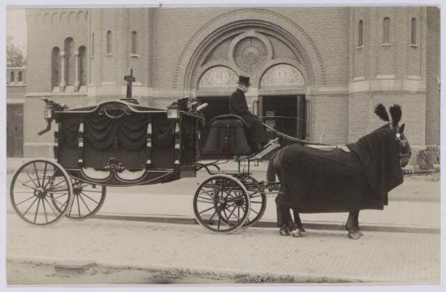 043991 - Lijkkoets voor de kerk van de H. Antonius van Padua aan de Hoefstraat.