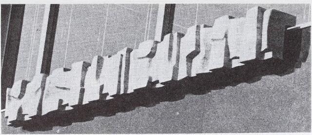 032688 - Pamflet. Kunstwerk van beeldhouwer Johannes Bernardus Aloysius Claesen (geb. Tilburg  2 juli 1925) op de Zuidgevel bestuursvleugel stadhuis, Stadhuisplein 130. Balustrade op het mannisfestatiebalkon.