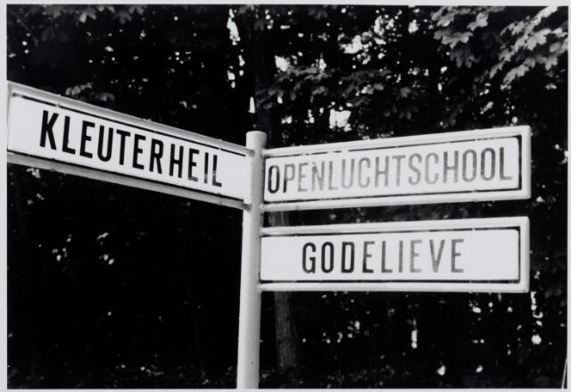 046353 - Bord in de Dr. Keyzerlaan met verwijzing naar de drie instellingen Kleuterheul, Openluchtschool en Godelieve. Na de stichting van kinderdagverblijf Kleuterheil ontstond er een voetpad naar deze instelling. In 1938 besloot de gemeenteraad van Goirle dat aan deze voetpad hoogstens drie villa's gebouwd mochten worden. De voetpad zou de naam Kleuterlaantje krijgen. Later veranderde dat in Dr. Keyzerlaan.