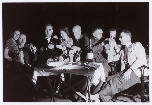 012843 - WO2 ; WOII ; Tweede Wereldoorlog. Inkwartiering. Ingekwartiertde geallieerde militairen (derde van links en derde van rechts) bij de familie Knook in de Jan van Beverwijckstraat. Uiterst rechts notaris Duijne uit Heusden