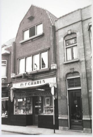 031022 - Zomerstraat. Winkels firma F. Caarls optiek.