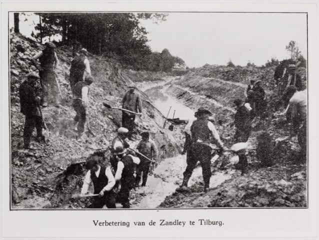 040828 - Werkverschaffing voor werklozen. Verbetering van de Zandleij. In het midden van de jaren twintig werd in het kader van de Werkverschaffing ten noorden van Tilburg een drainage- of vloeiveldencomplex aangelegd van circa 50 hectaren.