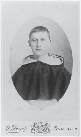 """056318 - Willibrordus Adrianus (Willem) van Besouw, geboren te Goirle op 22 mei 1863 zoon van Gerardus van Besouw en Johanna van de Lisdonk, ontving op 23 september 1889 in Huissen het habijt van de dominicanen en de kloosternaam Alanus. Op 15 augustus 1995 werd hij in Huissen tot priester gewijd. In dat jaar werd hij herhaaldelijk opgenomen in het sanatorium te Kleef. Om gezondsheidsredenen vertrok nog in dat jaar naar Florence, waar hij verbleef tot 1897. In 1900, na enkele omzwervingen, terug in Huissen, benoemde het provinciaal kapittel van de dominicanen hem tot syndicus (econoom) van de Nederlandse provincie. Zijn gezondheid bleef echter zwak en in 1904 vertrok hij naar Rome. Drie jaar later kwam hij terug naar Nederland, waar hij op 22 oktober 1907 overleed te Amsterdam """"in de r.k. ziekenverpleging""""."""