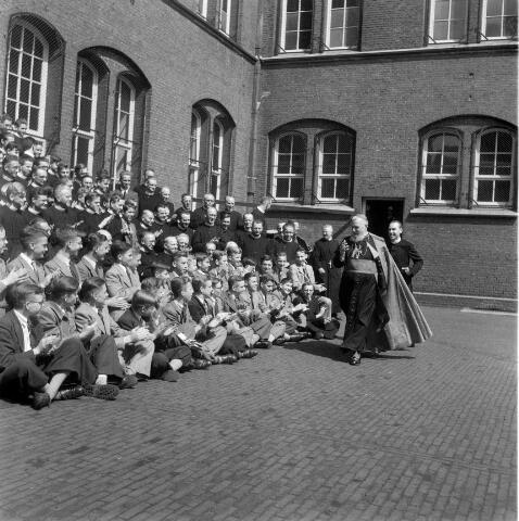 050376 - Bezoek kardinaal Tisserant aan het fraterhuis Gasthuisstraat te Tilburg.
