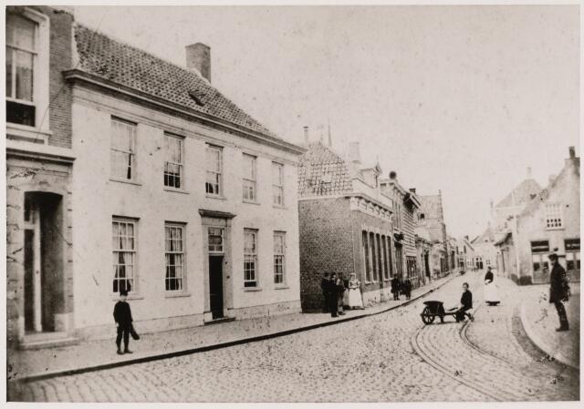 101762 - Arendstraat gezien vanaf de Kerkstraat in zuid-westelijke richting. In het pand links is een apotheek gevestigd, later (in 1905) hofleverancier suikerwerken Smits.
