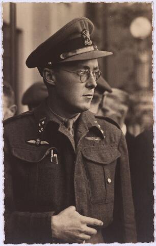 012604 - Tweede Wereldoorlog, Bevrijding. Prins Bernhard in gedachten verzonken tijdens een defilé van de Prinses Irenebrigade op het Willemsplein