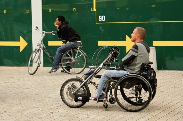 651079 - Tilburgse kermis. Mannen met rijwielen tussen de benen