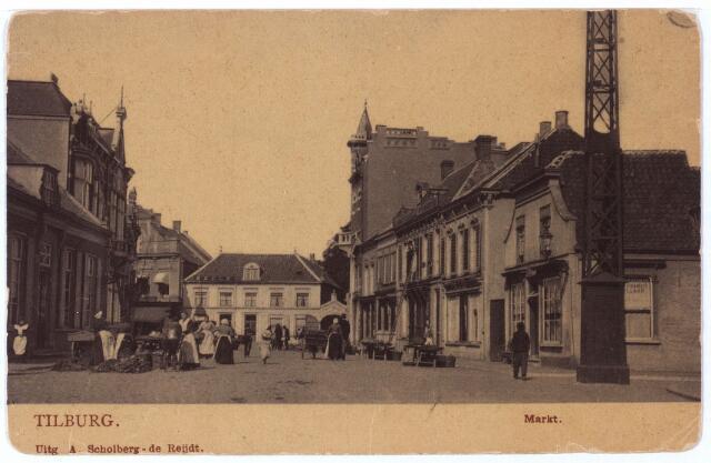 001808 - De Markt in noordelijke richting. Van 1962 de Oude Markt. Rechts de in 1890 opgerichte telefoonpaal op de hoek van het huidige Stadhuisplein (de noordzijde langs de Heikese kerk), toen ook Markt geheten. Op de hoek de herberg van de weduwe Louisa C. Hermus-van Heugten, daarna van Josephus G. Melis. Vervolgens het pand van Antonetta M.E. Koppelaar. Na haar woonde er brood- en banketbakker Josephus W. van Lieshout. Links het pand van  Johanna Maria van Roessel, die er een winkel dreef in koloniale waren. Het hoge pand daarnaast werd bewoond door wollenstoffenfabrikant Antonius Ignatius Cornelis van Spaendonck. Voor het huis van Van Roessel een groenteverkoopster.De huizen op de achtergrond, nu de Heuvelstraat, hoorden tot 1910 bij de Markt en hadden in de huisnummers  Markt M1211 t/m M1213. Het witte pand voorheen het woonhuis van de drukkersfamilie Van de Voort werd rond 1900 bewoont door A.C. Baars, hij was boekhouder/kassier, maar dreef ook een sigarenmagazijn, bekend als Markt M1211. In hetzelfde pand woonde op M1212 Arnoldus Josephus Jurgens, koopman in zuivel. Links van dit pand het huis M1213 bewoont door tabakskerver Adolf Hubert Woestenbergh. Ter hoogte van deze panden stond in de 18e eeuw huis 't Ramshooft. Het pand van Baars en Jurgens is rond 1910 gesloopt, ter plaatse werden drie nieuwe huizen gebouwd, die deel uit gingen maken van de Heuvelstraat.