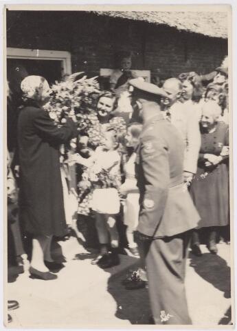 042750 - Koninlijke bezoeken. Nationale Feestdag na de bevrijding. Prinses Julina ontvangt bloemen bij aankomst in Tilburg.