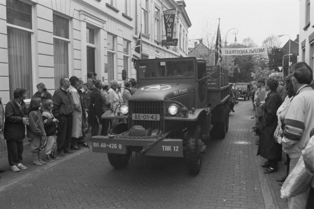 TLB023000115_004 - Toeschouwers en militaire voertuigen uit de 2e Wereldoorlog, tijdens een parade ter gelegenheid van de Bevrijdingsfeesten in 1989