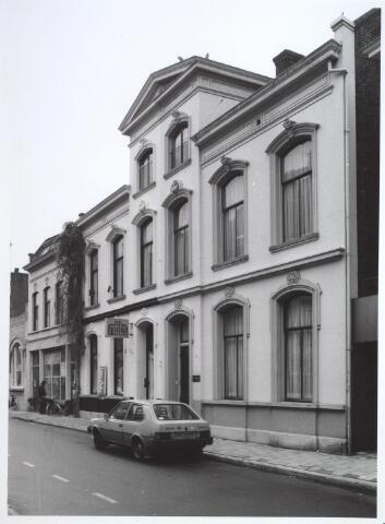026929 - Twee herenhuizen in de Nieuwlandstraat, gebouwd in classicistische stijl onder één dak. Gebouwd rond 1880 naar een ontwerp van de Tilburgse architect Joh. Wayers. In het linkergedeelte zit reisbureau NBBS. Uiterst links het pand van Van Vollenhoven - Smulders