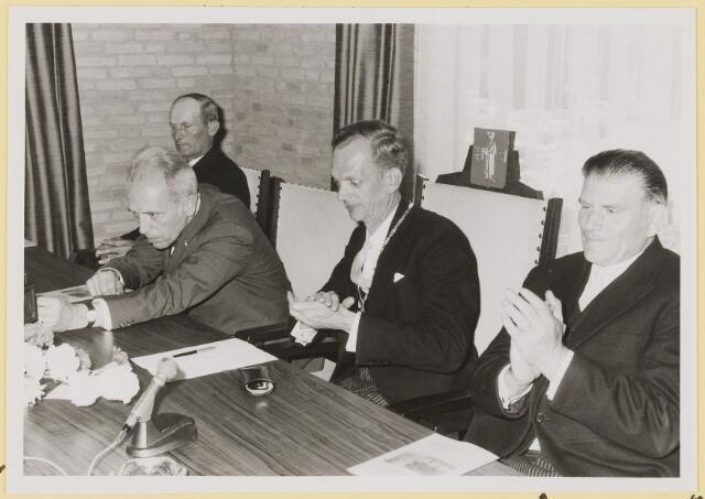072944 - Opening gemeentehuis door de Commissaris van de Koningin Kortmann.  Bijzondere raadsvergadering. Applaus na afloop toespraak W.van Dijk. Rechts: Wethouder J. Meeuwis.