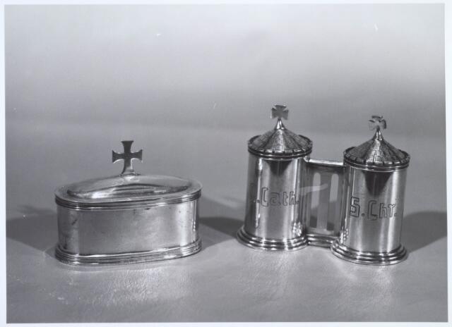 019633 - Pixus van de parochie St. Dionysius (Goirke). Het linker busje bevatte de H. Olie, het rechter de hostie en werd gebruikt bij bezoek aan een stervende parochiaan