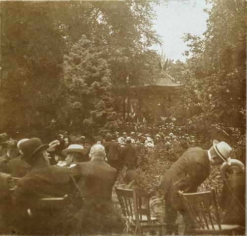 653511 - Militaire muziekwedstrijd 17, 18 en 19 juni 1905. Concert grenadiers R.K.H. (Origineel is een stereofoto.)