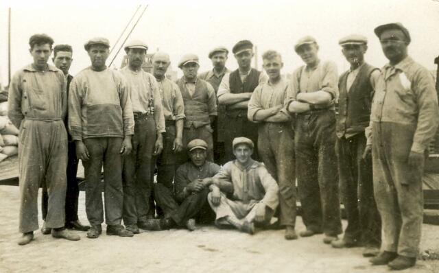 082717 - Werknemers van Schraven-Eijsbouts  bij Graan- en Meelhandel H. Schraven-Eijsbouts, gevestigd aan de Piushaven te Tilburg.