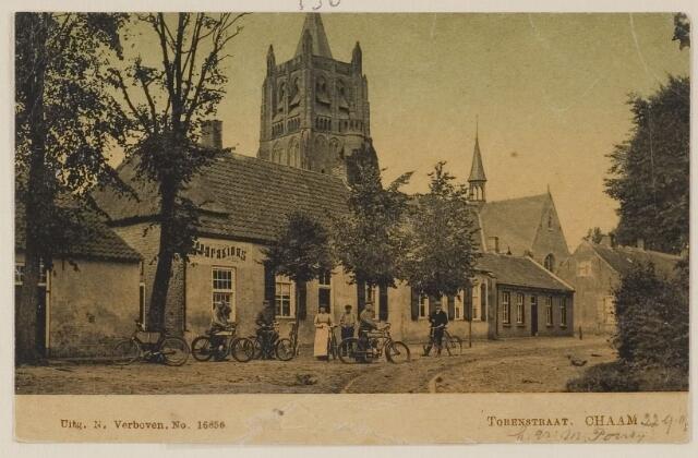 """083404 - Voor het huis van rijwielhersteller Bluekens (opschrift """"Reparations"""")  in de Torenstraat (nu:Ulicotenseweg)  toen nog een karrespoor. Voor het pand enkele mannen en een vrouw met hun fietsen."""