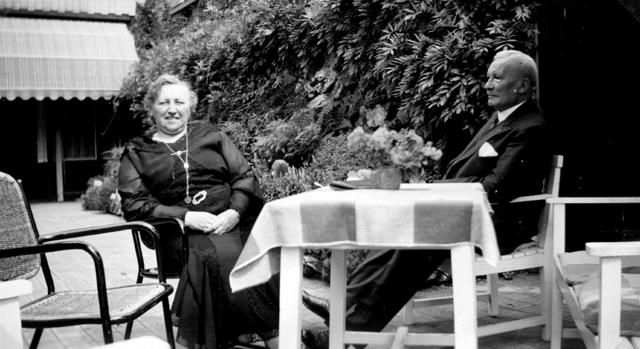1709006 - Het echtpaar Henri Enneking en Antoinette Hofman in de tuin. Foto afkomstig uit fotoalbum van Henri Adolf Enneking en Antoinette Hofman.