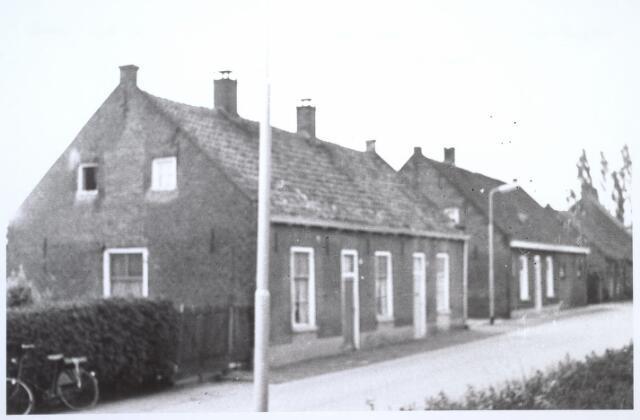 026728 - Panden Stokhasseltkerkstraat 31 (rechts) en 33 (links) halverwege 1964. Niet lang daarna werden ze geloopt om plaats te maken voor nieuwbouw in het kader van uitbreidingsplan Tilburg-Noord. Tegenwoordig is dit de Mozartlaan