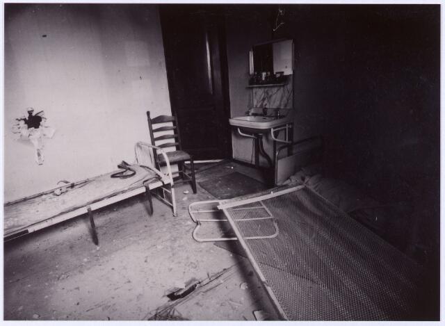 012429 - Tweede Wereldoorlog. Vernielingen. Granaatinslag in de woning van de familie J. van Delft in de Tuinstraat eind oktober 1944