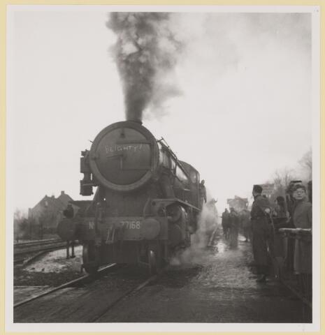 077541 - Tweede wereldoorlog 1940-1945. Bevrijdingsfoto 31-12-1945 Canadezen met verlof beginnen aan hun reis naar Engeland