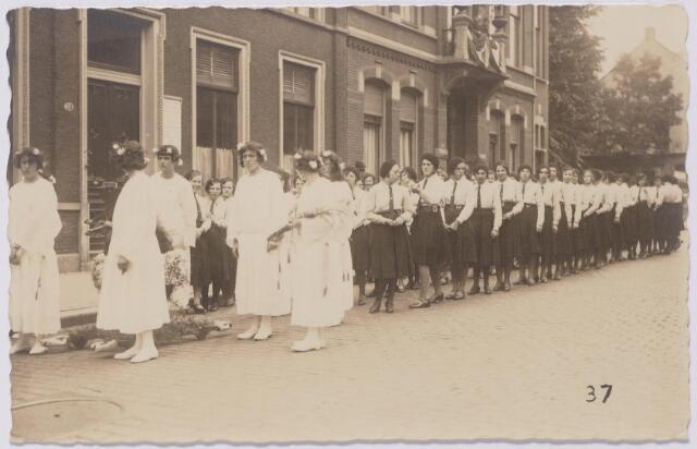 043912 - Een groep leden van de VKAJ (Vrouwelijke Katholieke Arbeiders Jeugd) in een processie in de Gasthuisstraat (nu Gasthuisring)