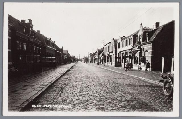 058010 - Rijen, links Stationstraat nr. 17 café Nooten gebouwd in 1916, rechts winkelwoonhuis nr. 18 J. Bink na de verbouwing in 1922, daarnaast café Van Engelen nr. 20.