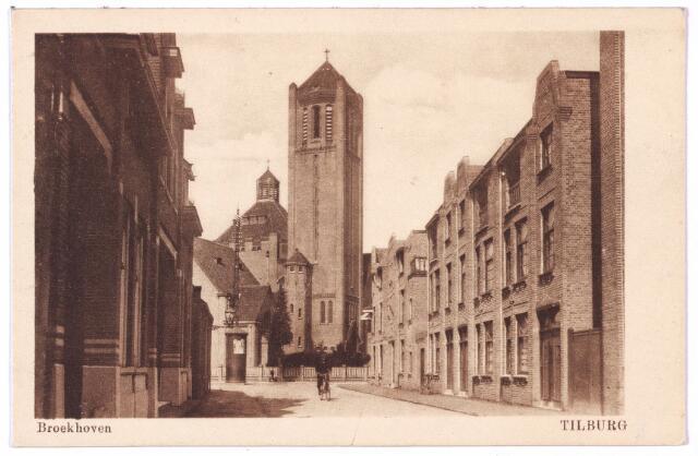 002708 - De Nieuwe Goirleseweg werd op 29 juli 1949 ter gelegenheid van het veertigjarig bestaan van de Volt omgedoopt in de Voltstraat. De N.V. Volt werd op 26 mei 1909 opgericht door vier ondernemers: de Tilburgse wijnhandelaar F.J.J.B. Verbunt,  A.A.M. v.d. Biggelaar, fabrikant te Roosendaal, P. v.d. Biggelaar, fabrikant te Breda en L.F. de Bakker, electriciën te Tilburg. Doel van de N.V. was 'het fabriceren van metaaldraadgloeilampen en onderdelen daarvan, niet alleen voor Nederland, maar ook voor de export'. De eerste directeur werd L.F. de Bakker die kort daarna weer met ontslag ging. Al snel werd de naam omgezet in 'Metaaldraadgloeilampenfabriek Volt'. Het fabriekje begon in een oud pakhuis aan de Schoolstraat, maar op 7 juli 1909 werd een leegstaande leerlooierij aan de Nieuwe Goirleseweg ingericht tot fabriek. Rechts aan het begin van de straat de panden Nieuwe Goirleseweg, later Voltstraat, 2-16. Deze panden werden in 1922 gebouwd door architect C.J.G. Visser in opdracht van drijfriemenfabrikant A.C. Backer. Visser liet zich inspireren door de Amsterdamse School. Op de achtergrond de parochiekerk Onze Lieve Vrouw, Moeder van Goede Raad ( in de volksmond Broekhoven I ) aan de Broekhovenseweg.