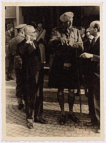 012465 - WO2 ; WOII ; Tweede Wereldoorlog. Bevrijding. Generaal Barber tijdens zijn bezoek aan Tilburg op 28 oktober 1944. Hij wordt officieel ontvangen op het Paleis-Raadhuis als vertegenwoordiger van het geallieerde bevrijdingsleger