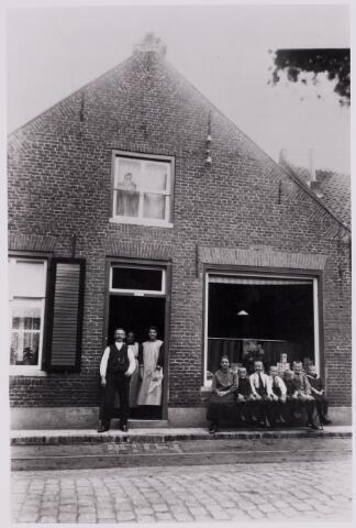 084340 - Winkel van de familie Blankers-van Wijk aan de Gelderstraat. In de deuropening v.l.n.r. Janus Blankers (1868-1959), zijn vrouw Mina van Wijk (1871-1960) en dochter Cor Blankers.
