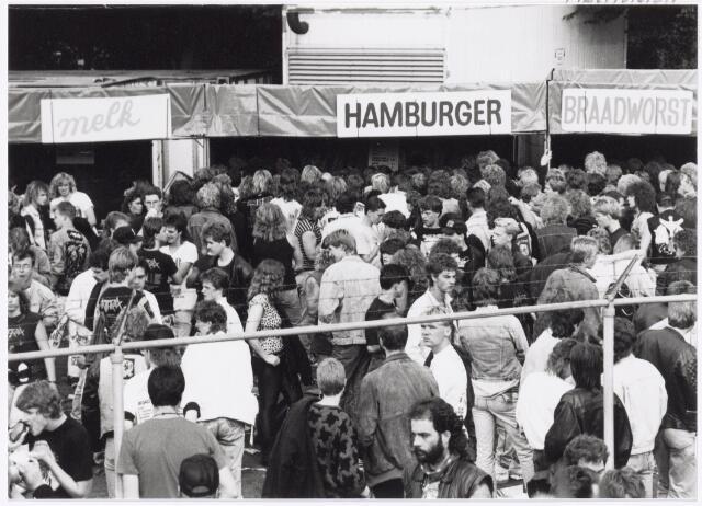 043427 - Op 4 september 1988 vond in het stadion van Tilburg muziekevenement plaats getiteld 'Monsters of Rock'.