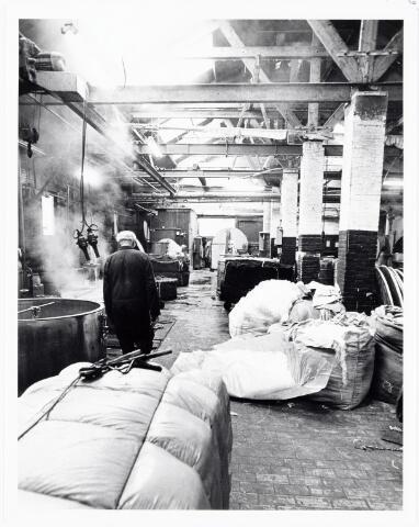 038112 - Textielindustrie. Interieur van de Firma Wolkat, lompengroothandel.