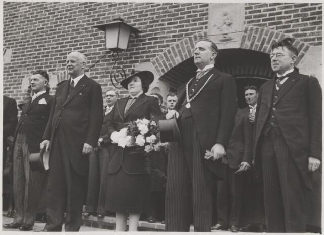 081163 - Officiële opening van het nieuwe gemeentehuis Gilze en Rijen, te Gilze. Staand v.l.n.r. wethouder L Uytendaal; gedeputeerde van de provincie; mw Sweens-Vermeer; burgemeester Jos Sweens; Adr Hoevenaars.