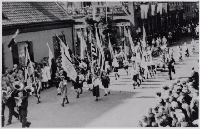 045718 - WOII; WO2; Tweede Wereldoorlog. De bevrijdingsoptocht in de Bergstraat. Links het huis van de familie Van Croonenburg. Rechts hiervan het St. Elisabethgesticht.