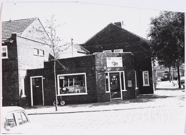 028378 - Pieter Borstraat genomen vanaf het Rosmolenplein met rechts de huisnummers 2 tot en met 4 en aan het begin van de straat het woonhuis van Balenstraat 4