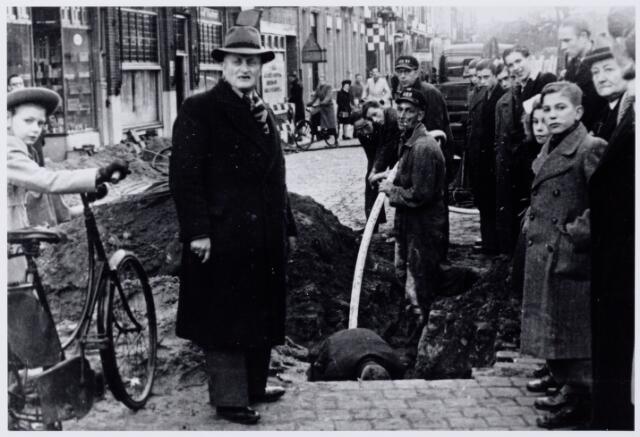 104182 - Het aanleggen van een kabel door Energie Bedrijven Tilburg onder de overweg Heuvel-Koestraat Op de voorgrond met hoed M. Lemmens, opzichter bij de energiebedrijven. De arbeiders zijn Sj. Zandvliet , H. v.d. Camp en J. Bergmans