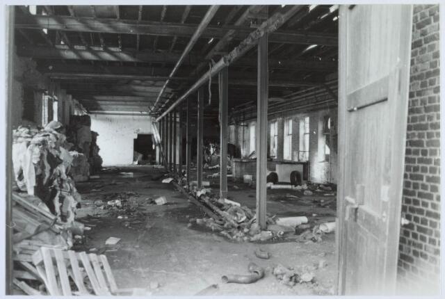 019508 - Interieur van het slooppand van lederfabriek Willem Vos aan de Goirkestraat (foto gemaakt in periode 1972-1980)