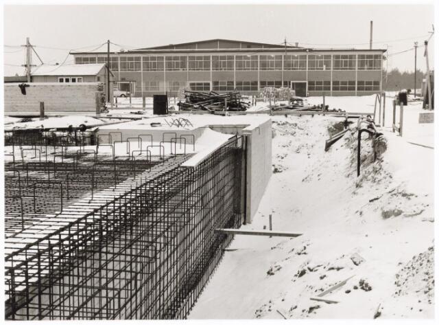 039224 - Volt, Algemeen, Gebouwen, Nieuwbouw t.b.v. de gereedschapmakerij. Winterstop in de periode 1963/1964 op complex Noord. Gezicht op de oostzijde van hal NA de eerste gebouwde hal op het complex. De fundamenten op de voorgrond zijn die van hal ND.