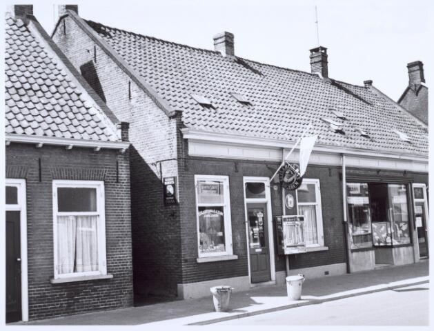 020562 - Tabakswinkel van J. Smid - De Cock in de Hasseltstraat. Daarnaast fourniturenwinkel Van den Hout