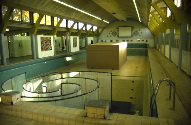 656535 - Nadat het zwembad aan Ringbaan Oost werd gesloten in 1995 werd in datzelfde jaar een kunsttentoonstelling georganiseerd. Kunstenaars exposeren in Zwembad Oost. Het gebouw werd in 1996 gesloopt.
