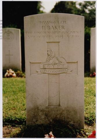 045738 - Tweede Wereldoorlog. In graf C.2.7 op de begraafplaats van de parochie St. Jan ligt Peter Baker, L. Cpl., 19 jaar, gesneuveld op 5 oktober 1944, 49. Britse Infanterie Divisie, 4. Bataljon, The Lincolnshire Regiment.