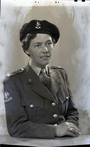 654784 - Portret van een lid van het (Vrijwillig) Vrouwen Hulpkorps (VVHK), beter bekend als VHK. Het was van 1944 tot 1951 de vrouwenafdeling binnen de Koninklijke Landmacht van de Nederlandse krijgsmacht.
