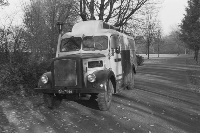 TLB023002717_001 - Vintage vrachtwagen geparkeerd in het Leijpark met kenteken NF-73-16. Wellicht een Magirus Deutz.