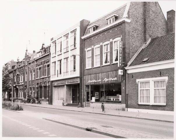 033408 - Tivolistraat met v.l.n.r. de panden 24 tot en met 36. In het midden de Tilburgsche Spaarbank (30/32) en apotheek Boerhaave (34)