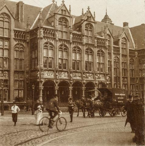 653572 - Straatbeeld, vermoedelijk Stad in België. trambaan, fietser, paardenrijtuig.  (Origineel is een stereofoto.)