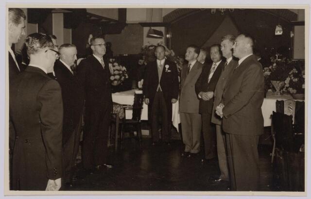 041289 - Jubileum. Viering van het 75-jarig bestaan van de R.K. Schilderspatroonvereniging Kunst en Vooruitgang in de Looiersbeurs aan de Heuvel op 10 oktober 1955. rechts hoofdbestuur Henk Kok, Van Lent en Soeterik. achteraan Wim Simons voorzitter feestcommissie.