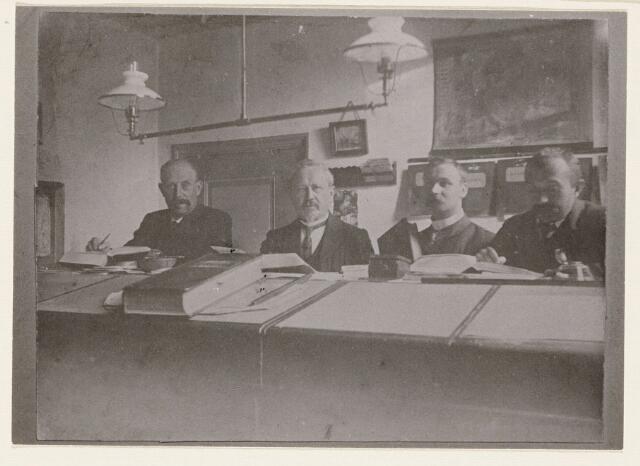 100209 - Personeel van S. Fick voor 1927; 3e van links is Andreas Wilhelmus Oomen (28-11-1878/24-10-1927).