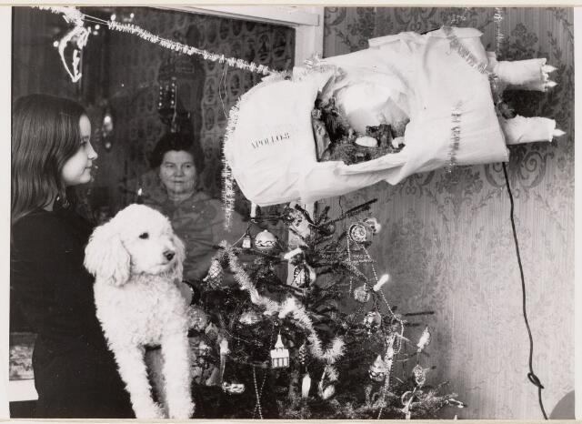 100116 - Kerstmis. Kerstboom met kerstal in het nagebouwde ruimteschip Appollo 8, gemaakt door een P.T.T.ambtenaar.