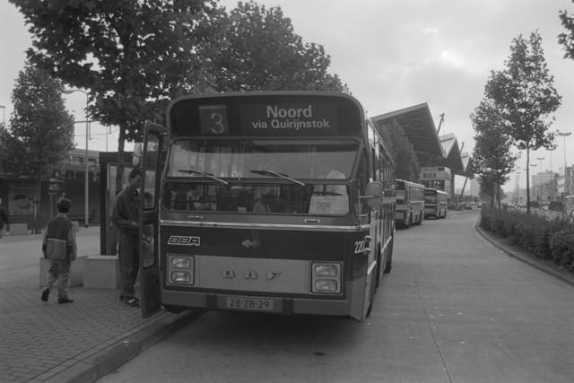 TLB023000005_004 - Busstation nabij Centraal Station met diverse stadsbussen waar passagiers aan het instappen zijn